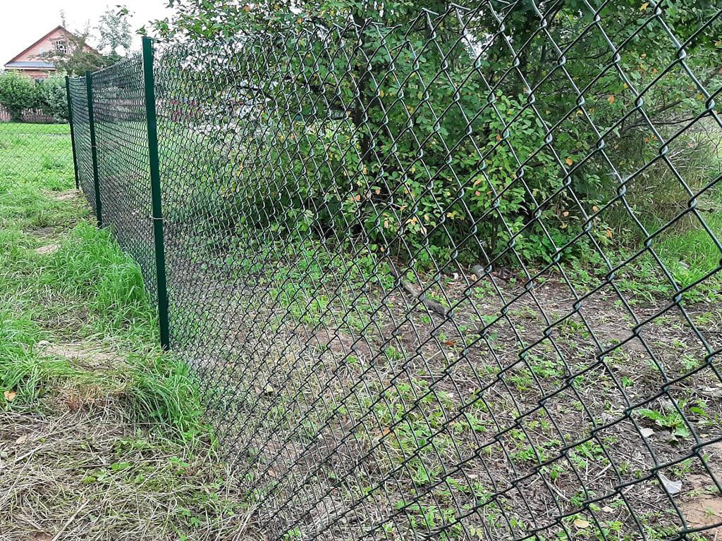 забор из сетки рабицы для дачного участка