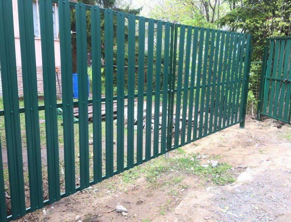 забор из металлического штакетника установка в томске