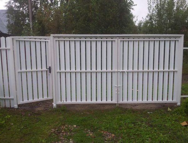 Забор из белого штакетника с калиткой