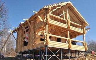 Строительство деревянного дома на склоне возможно благодаря винтовым сваям в Томске.